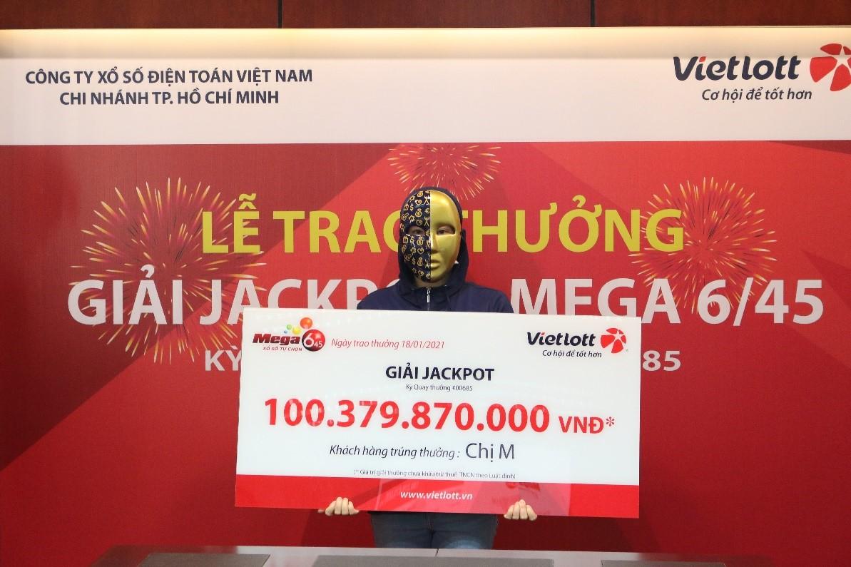 Chủ nhân Jackpot Mega 6/45 trao tặng từ thiện 300 triệu đồng