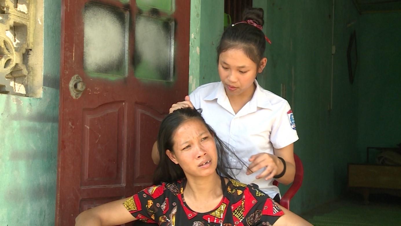 Hành trình nuôi mẹ của cô bé 12 tuổi