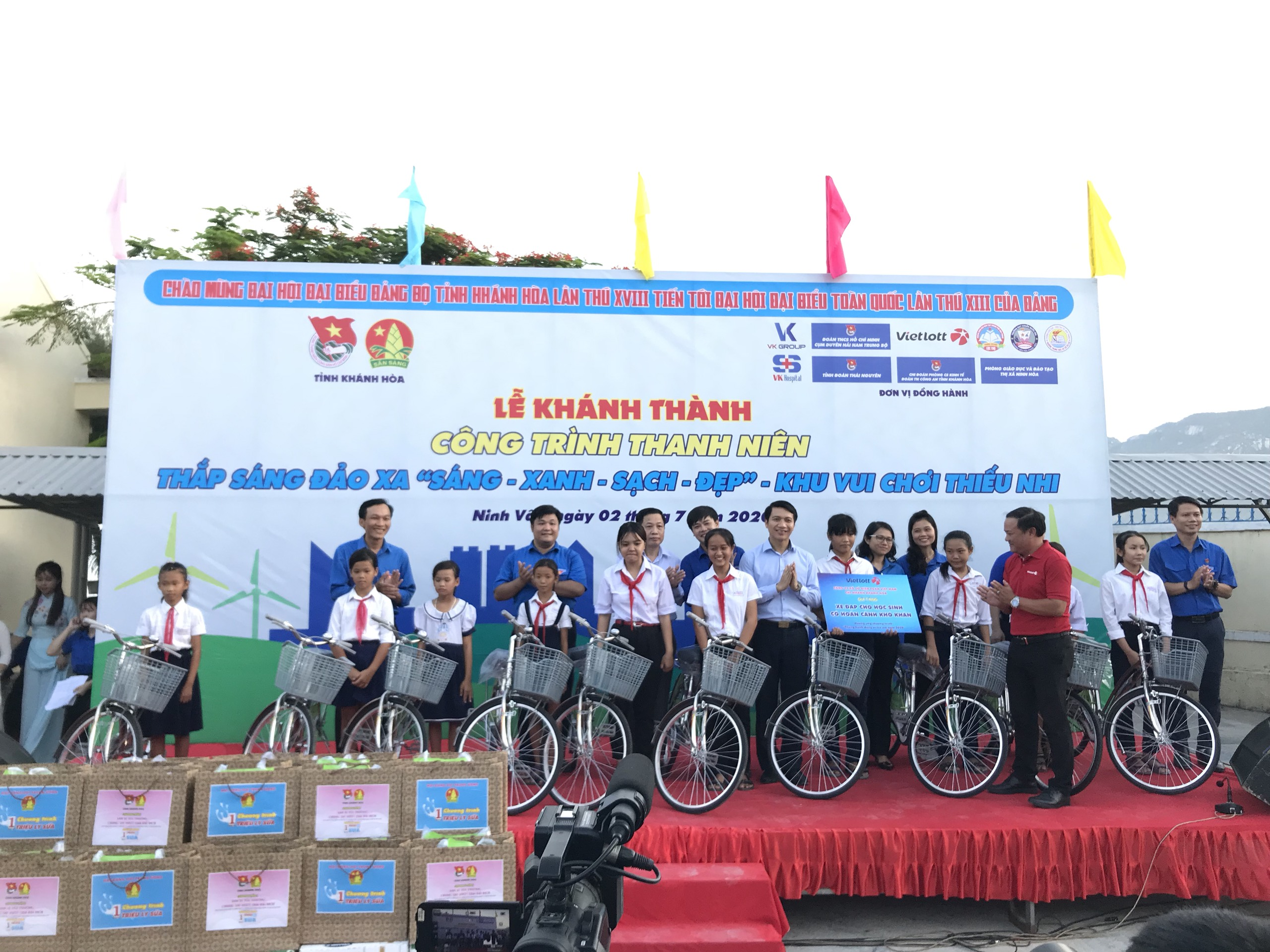 Học sinh nghèo và chiếc xe đạp: giấc mơ chậm trên con đường vội vã