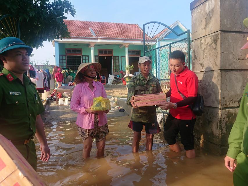 Vietlott phối hợp cùng Trung đoàn Cảnh sát cơ động Bắc Trung Bộ trao nhu yếu phẩm đến người dân tại Hà Tĩnh, Quảng Bình