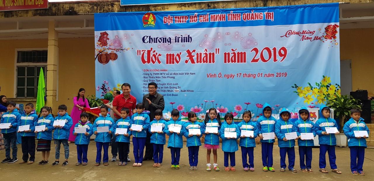 Vietlott mang Tết về với những học sinh khó khăn tại Quảng Trị