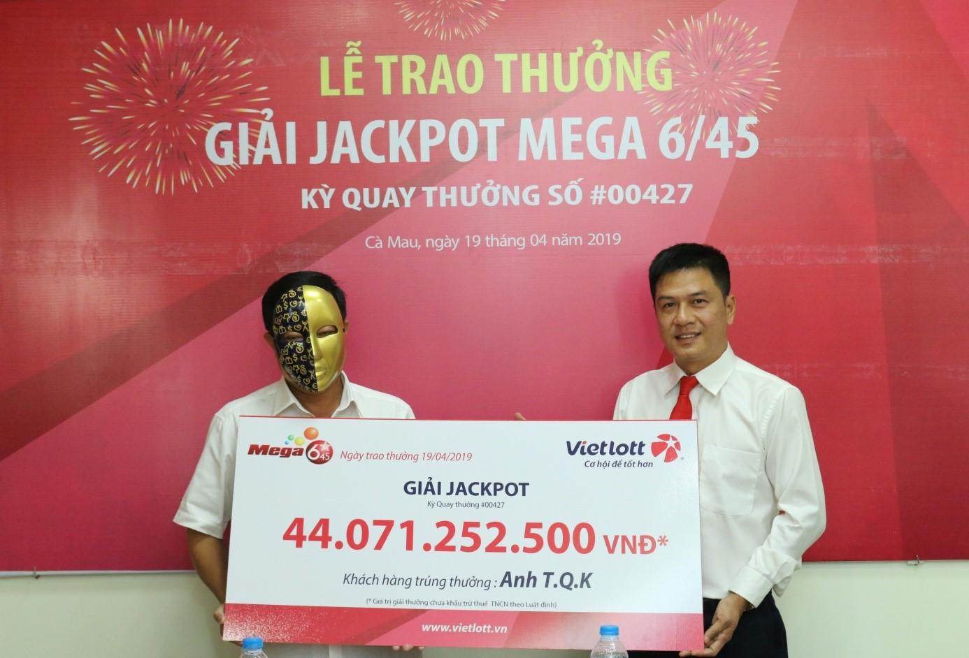 Khách hàng đến từ Cà Mau nhận giải Jackpot trị giá 44 tỷ đồng