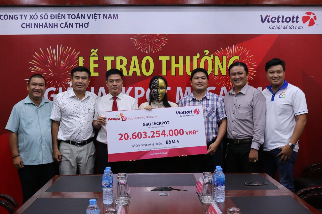 Vietlott trao giải Jackpot sản phẩm Mega kỳ 00435  cho khách hàng tại Cần Thơ