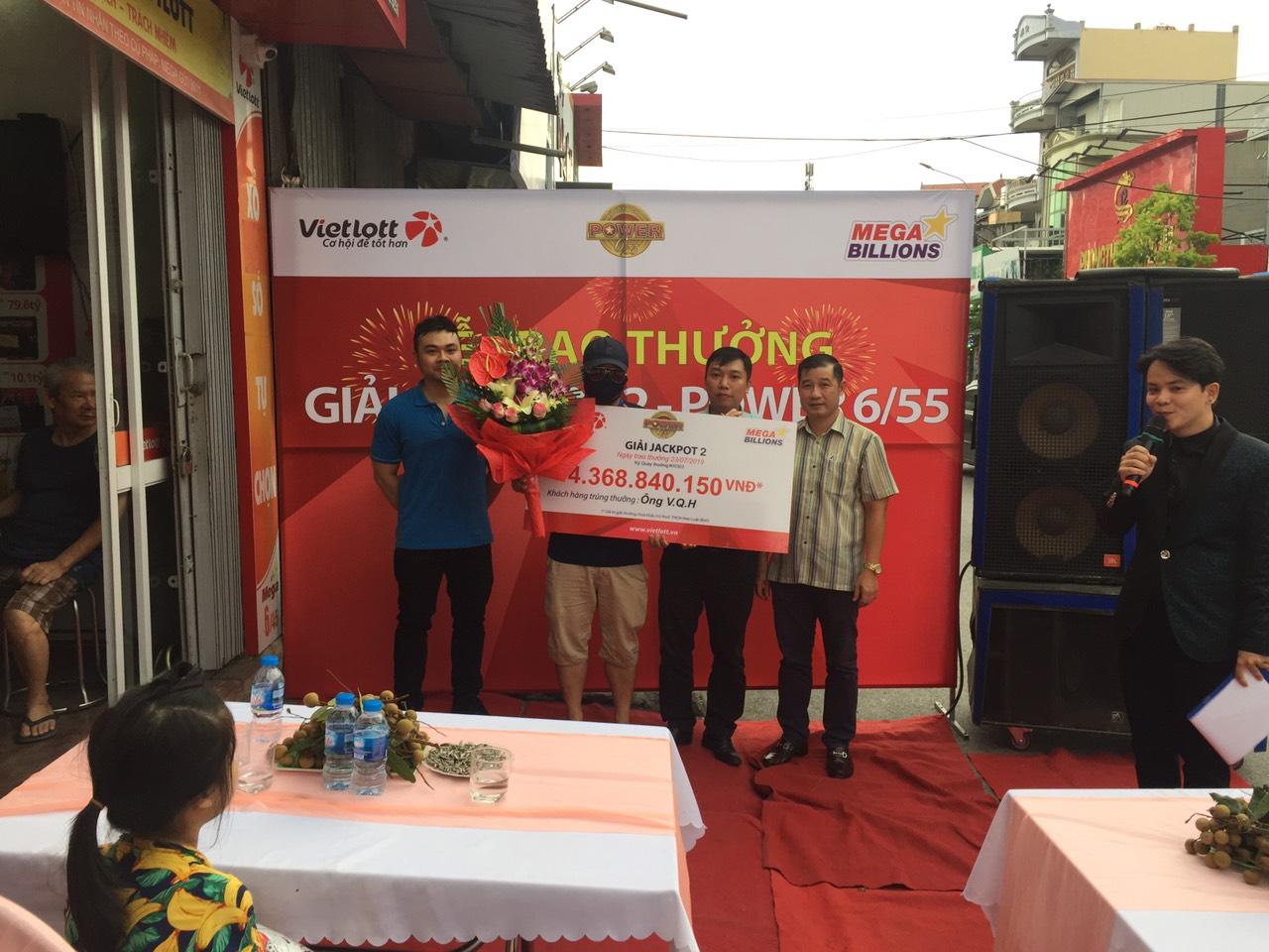 Vietlott trao giải Jackpot 2 Power 6/55 đến khách hàng tại Hải Phòng