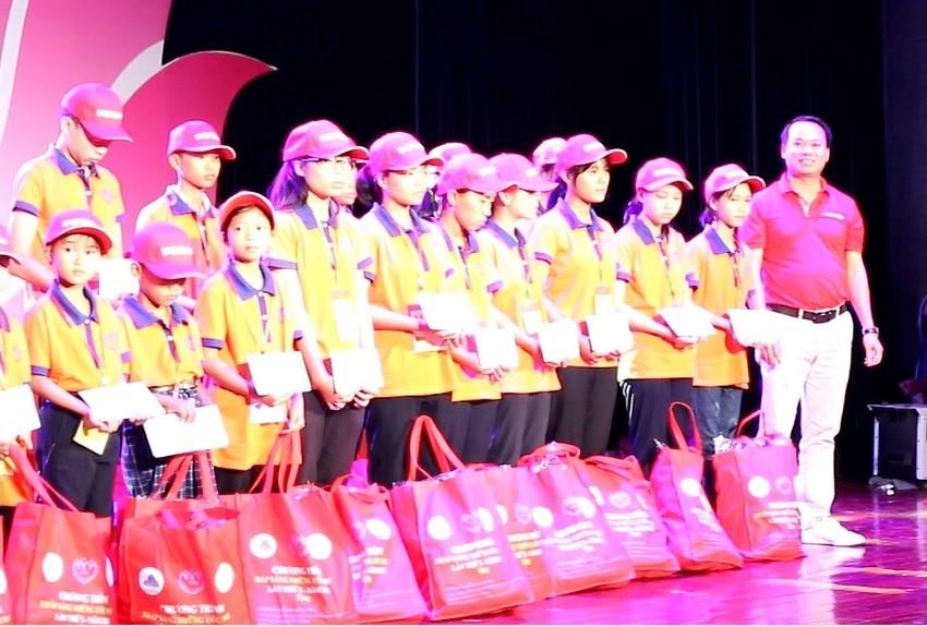 """Vietlott tiếp tục """"Thắp sáng những ước mơ"""" cho học sinh khó khăn tại miền Trung"""
