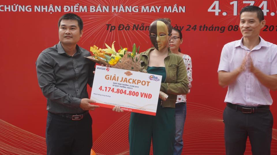 Vietlott trao thưởng cho khách hàng trúng Jackpot 2  sản phẩm Power 6/55 kỳ QSMT số 321 tại Đà Nẵng