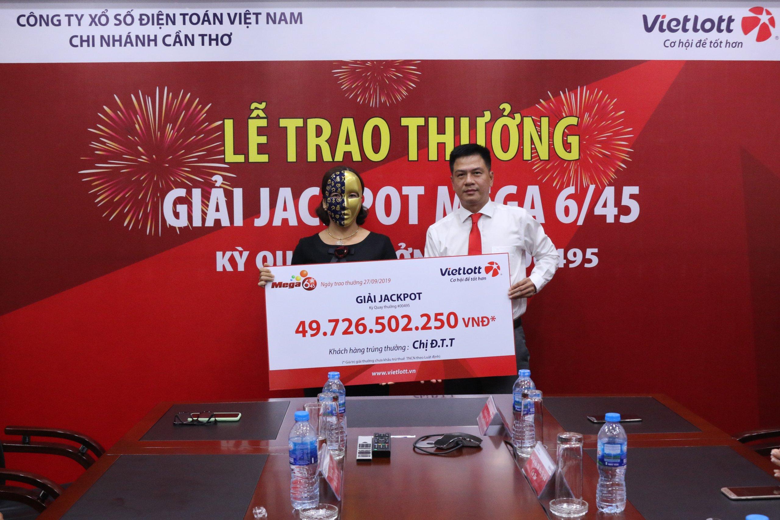 Vietlott trao giải cho 1 trong 2 khách hàng trúng Jackpot gần 100 tỷ