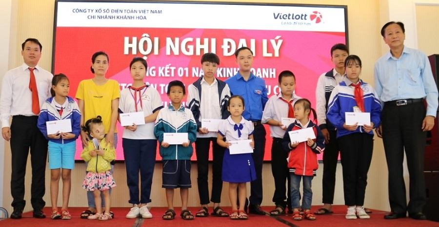 Vietlott tặng quà học sinh khó khăn tại Quảng Bình, Quảng Trị